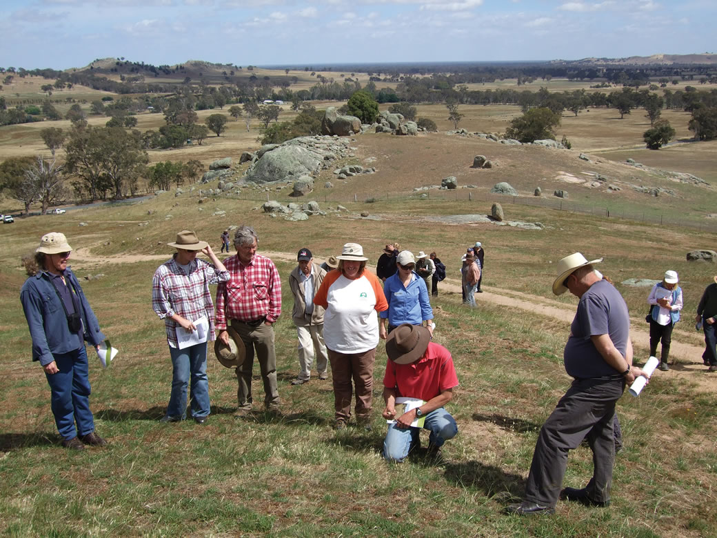 Creightons Creek Supporting Site group members inspect native pastures which were fenced and managed separately from improved pastures on the flat and crest.