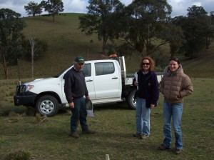 Kevin Dean, Meredith Mitchell (Chiltern EverGraze Proof Site leader, DEPI Rutherglen) and Prue Bergmeier (EverGraze Supporting Site Coordinator, DEPI Bairnsdale) identify native pastures and management strategies for the Tambo Crossing Supporting Site.